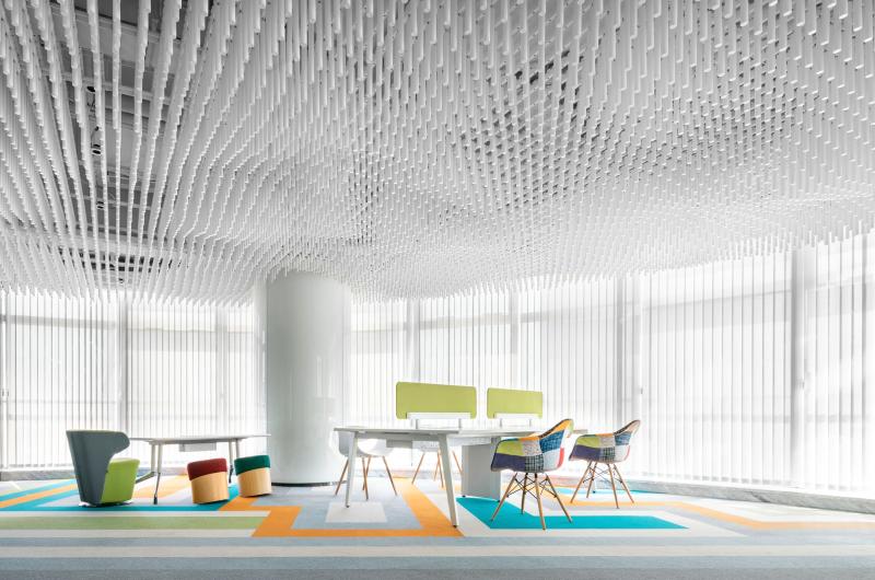23舒展轻松的办公环境、充足的光线、给人温暖和亲切的感受